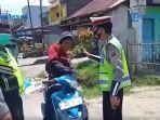 Viral Oknum Polisi Hajar Pemotor, Terungkap Video Korban Ngamuk Pukuli Motornya Sendiri