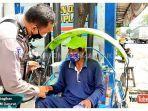 aksi-seorang-polisi-di-lamongan-bagi-uang-viral.jpg