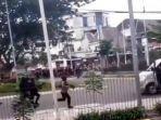 ambulans-tersebut-kabur-karena-ditembak-polisi-menggunakan-gas-air-mata-dalam-demo-organisasi.jpg