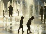 anak-anak-bermain-di-air-mancur-di-wilayah-montreal-semenjak-suhu-panas-melanda_20180705_184551.jpg