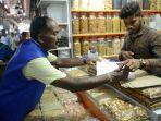 anggota-inspeksi-menerapkan-denda-pada-pedagang-yang-langgar-aturan-penggunaan-kantong-plastik_20181008_100234.jpg