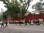 antrean-panjang-warga-negara-indonesia-wni-di-singapura-coblos.jpg
