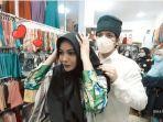atta-halilintar-membantu-aurel-hermansyah-saat-mencoba-mengenakan-hijab.jpg
