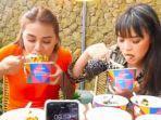 aurel-dan-magdalena-melakukan-tantangan-makan-5-rice.jpg