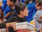 awkarin-membagi-bagikan-3000-nasi-kotak-kepada-mahasiswa-pengunjuk-rasa.jpg