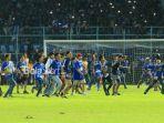 beberapa-oknum-suporter-memasuki-lapangan-stadion-kanjuruhan-seusai-pertandingan-liga-1-2018_20180417_221310.jpg