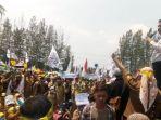 demo-guru-honorer-di-depan-kantor-kabupaten-bekasi-senin-2492018_20181016_201816.jpg