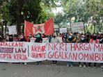 demonstrasi-menolak-undang-undang-omnibus-law-di-gedung-dprd-sumut.jpg
