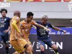 duel-arema-fc-vs-bhayangkara-fc-dalam-lanjutan-pekan-kedua-liga-1-2021.jpg