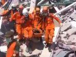 evakuasi-korban-gempa-palu_20180930_100116.jpg