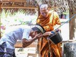 foto-seorang-biksu-yang-sedang-membantu-seorang-pria-berwudu-menjadi-viral-di-media-sosial.jpg