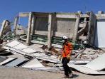 hotel-roa-roa-yang-runtuh-akibat-gempa-bumi-di-palu-sulawesi-tengah_20181001_062536.jpg