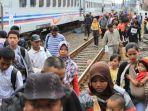 ilustrasi-para-pemudik-kereta-api-mulai-berdatangan-di-stasiun-tawang-semarang-rabu-2962016_20180307_074221.jpg