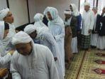 jemaah-tarekat-naqsyabandiyah-al-kholidiyah-melaksanakan-shalat-ied_20180613_123921.jpg