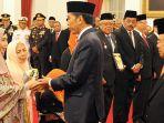 jokowi-anugerahkan-gelar-pahlawan-nasional-di-istana-negara-kamis-9112017_20171109_162556.jpg