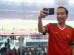 jokowi-selfie-di-final-piala-presiden-2018_20180218_085205.jpg