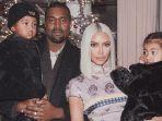 kanye-west-dan-kim-kardashian-bersama-dua-anaknya_20180204_140108.jpg