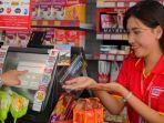 karyawan-alfamart-sedang-melayani-seorang-konsumen.jpg