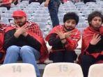kelima-wanita-ini-menyamar-menjadi-pria-agar-bisa-masuk-ke-dalam-stadion-azadi-di-tehran_20180501_212759.jpg