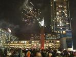 kembang-api-mewarnai-perayaan-malamtahun-baru-di-kawasan-bundaran-hotel-indonesia.jpg
