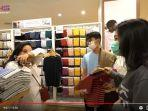kembaran-presenter-raffi-ahmad-dimas-ramadhan-sumringah-saat-diajak-manajernya-hani-ke-mall.jpg