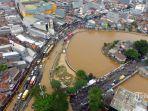 kendaraan-merayap-melintasi-jln-jatinegara-barat-jakarta-timur-yang-terendam-banjir.jpg