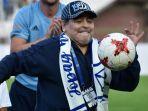 legenda-argentina-diego-maradona-menjajal-bermain-bola-setibanya-di-stadion-di-brest-senin-167.jpg
