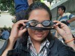 lola-febiola-mahasiswi-unindra-menunjukkan-kacamata-renang.jpg