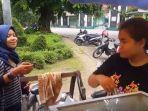 mahasiswi-di-solo-berjualan-cilok-untuk-bayar-kuliah_20171122_190952.jpg