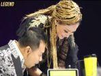 maia-estianty-mengecek-handphone-anang-hermansyah-saat-acara-final-indonesian-idol-2021.jpg