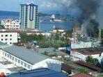 massa-membakar-beberapa-bangunan-di-jayapura-kamis-2982019.jpg