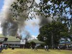 massa-pengunjuk-rasa-bakar-kantor-bupati-jayawijaya-di-wamena-papua-senin-2392019-pagi.jpg