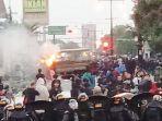 mobil-satpol-pp-sukoharjo-yang-dibakar-massa-saat-demo.jpg