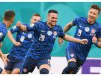 para-pemain-timnas-slovakia-merayakan-gol-ke-gawang-timnas-polandia-senin-1462021.jpg