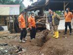 pegawai-bpbd-mengecek-lokasi-bencana-tanah-bergerak-sukabumi.jpg