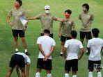 pelatih-timnas-indonesia-shin-tae-yong-ketiga-kiri-memberi-arahan-kepada-pemain-timnas-indonesia.jpg