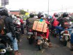 pemudik-sepeda-motor-memadati-jalan-soekarno-hatta_20170623_210515.jpg