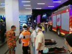 penumpang-sedang-dirawat-di-tempat-kejadian-kecelakaan-kereta-api-di-kuala-lumpur-senin-2452021.jpg