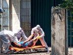 petugas-evakuasi-korban-percobaan-bunuh-diri.jpg