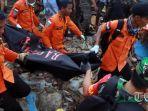 petugas-mengevakuasi-korban-tsunami-yang-melanda-kabupaten-lampung-selatan.jpg