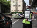 polisi-melakukan-imbauan-kepada-penumpang-yang-melewati-jalan-tol-jakarta-cikampek.jpg
