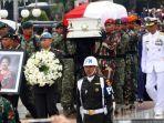 prajurit-tni-membawa-peti-jenazah-ibu-ani-yudhoyono-di-tmp-kalibata.jpg