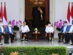 presiden-joko-widodo-jokowi-memberikan-jaket-biru.jpg