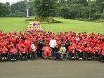 presiden-jokowi-berfoto-bersama-atlet-asian-para-games_20181013_204118.jpg