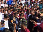 presiden-jokowi-dibantu-paspampres-memasang-handplas-di-tangannya-karena-terluka.jpg