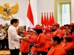 presiden-jokowi-menyerahkan-bonus-langsung-kepada-atlet-asian-para-games_20181013_203832.jpg
