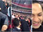 pria-yang-melempar-air-kencing-di-stadion-wembley_20171026_231221.jpg