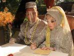 prosesi-pernikahan-di-dalam-bus-dilangsungkan-oleh-pasangan-pengantin.jpg
