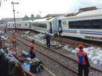 rangkaian-gerbong-kereta-tanpa-lokomotif-sesaat-sebelum-dievakuasi.jpg