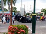 sebuah-mobil-mitsubishi-xpander-terbalik-setelah-ditabrak.jpg